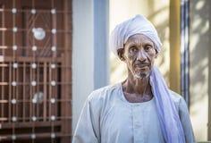 微笑为照相机的苏丹人人 库存照片