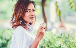 微笑亚裔的妇女,愉快的心情 免版税库存照片