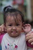 微笑亚洲女孩小孩使用 免版税库存图片