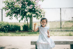 微笑亚洲女婴戏剧泡影气球 库存照片