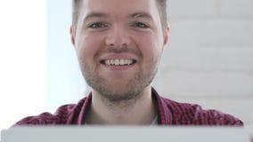 微笑作为看的年轻人照相机工作 股票录像