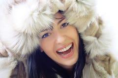 微笑佩带的妇女的美丽的接近的毛皮 免版税库存图片