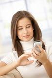 微笑使用妇女的移动电话 库存图片