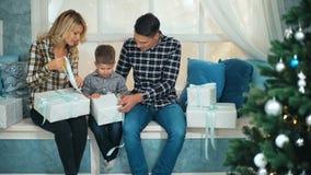 微笑做父母在家给圣诞节礼物儿子 股票录像