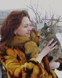 微笑冬天一点微笑的爱时尚雪愉快的面孔国内冷的人儿童人民逗人喜爱的秀丽猫妇女冬天动物毛皮 库存照片