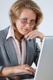 微笑到照相机的女实业家 图库摄影