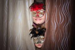 微笑十几岁的男孩和不快乐的小女孩戏剧性面具的 免版税库存图片
