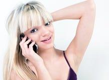 微笑可爱的女孩,当打电话时 图库摄影