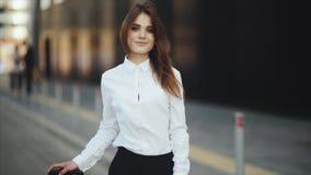微笑可爱的年轻女人的画象和去除凉快的太阳镜 股票视频