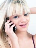 微笑可爱的青少年的女孩,当打电话时 库存照片