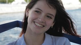 微笑和享受生活方式的美丽的白种人年轻女人画象  股票录像