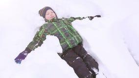 微笑和做雪天使的小男孩 股票视频