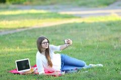 微笑和做selfie的学生 库存照片