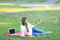 微笑和做selfie的学生 免版税库存图片