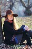 微笑和公园的快乐的女孩 免版税图库摄影