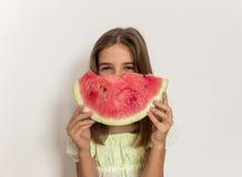 微笑和吃成熟西瓜的女孩 吃健康 库存图片