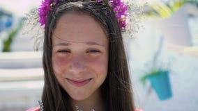 微笑和嗅花的女孩特写镜头 迟缓地 股票视频