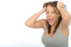 微笑和拉扯头发的一个愉快的激动的可爱的少妇的画象 免版税库存照片