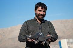 微笑和拿着黑鸽子的鸽子收藏家 库存图片