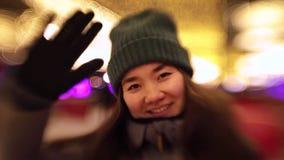 微笑和挥动用她的手的年轻女人 影视素材