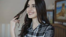 微笑和摆在照相机的逗人喜爱的愉快的女孩在卧室 影视素材