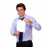 微笑和显示您卡片的英俊的人 免版税库存照片