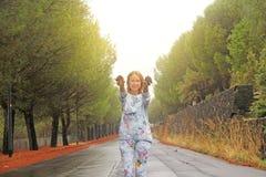微笑和显示爆沸的女孩 埃特纳火山的脚的不可思议的森林 西西里岛,意大利的海岛 免版税库存照片