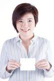 微笑和显示白皮书的亚裔女商人 免版税库存照片