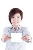 微笑和显示白皮书的女商人 免版税图库摄影
