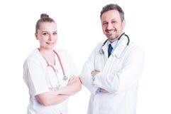 微笑和白色制服的确信的年轻医生 免版税库存图片