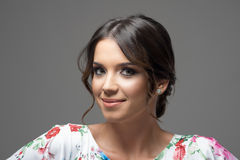 微笑和看照相机的愉快的年轻拉丁妇女水平的特写画象  库存照片