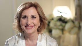 微笑和看照相机的迷人的资深夫人 股票录像