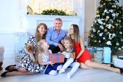 微笑和笑,摆在照相机和拥抱其中每一的家庭 免版税图库摄影