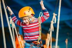 微笑和获得乐趣室外,演奏和做活动的愉快,小男孩 愉快童年的概念 免版税库存照片