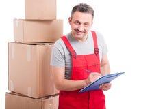 微笑和计数或者写在剪贴板的搬家工人人 库存照片