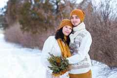微笑和调查在wint的照相机的年轻夫妇画象  库存图片