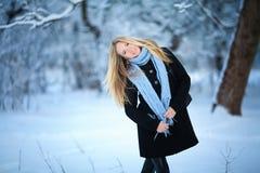 微笑和走在街道的美丽的女孩 美好的多雪的冷的冬天 假日心情 库存照片