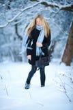 微笑和走在街道的美丽的女孩 美好的多雪的冷的冬天 假日心情 库存图片