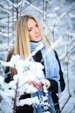 微笑和走在街道的美丽的女孩 美好的多雪的冷的冬天 假日心情 免版税库存照片