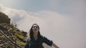 微笑和跳跃巨大喜悦的慢动作愉快的激动的旅游妇女在史诗尼亚加拉大瀑布瀑布全景 影视素材