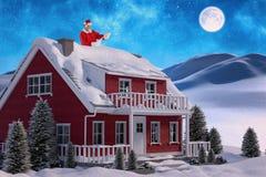 微笑和读纸卷的圣诞老人的综合图象 库存照片