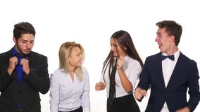 微笑四名的办公室同事跳舞和-演播室射击 影视素材