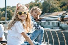 微笑在一个晴朗的夏日的两个小美女孩子室外画象  免版税库存图片