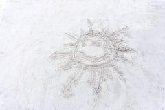 微笑在一白色沙滩的太阳图画 图库摄影