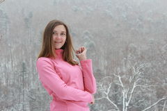 微笑在一件桃红色女衬衫的女孩 免版税库存图片