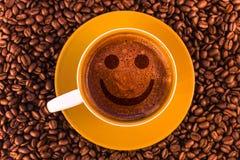 微笑在与一美丽的crema的新鲜的浓咖啡 库存图片