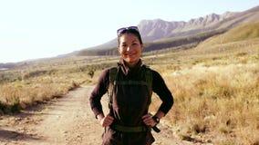 微笑在乡下的女性远足者 股票视频