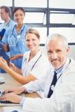 微笑在会议室的医疗队画象 库存照片
