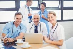 微笑在会议室的医疗队画象 免版税库存图片