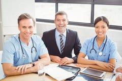 微笑在会议室的医疗队画象 图库摄影